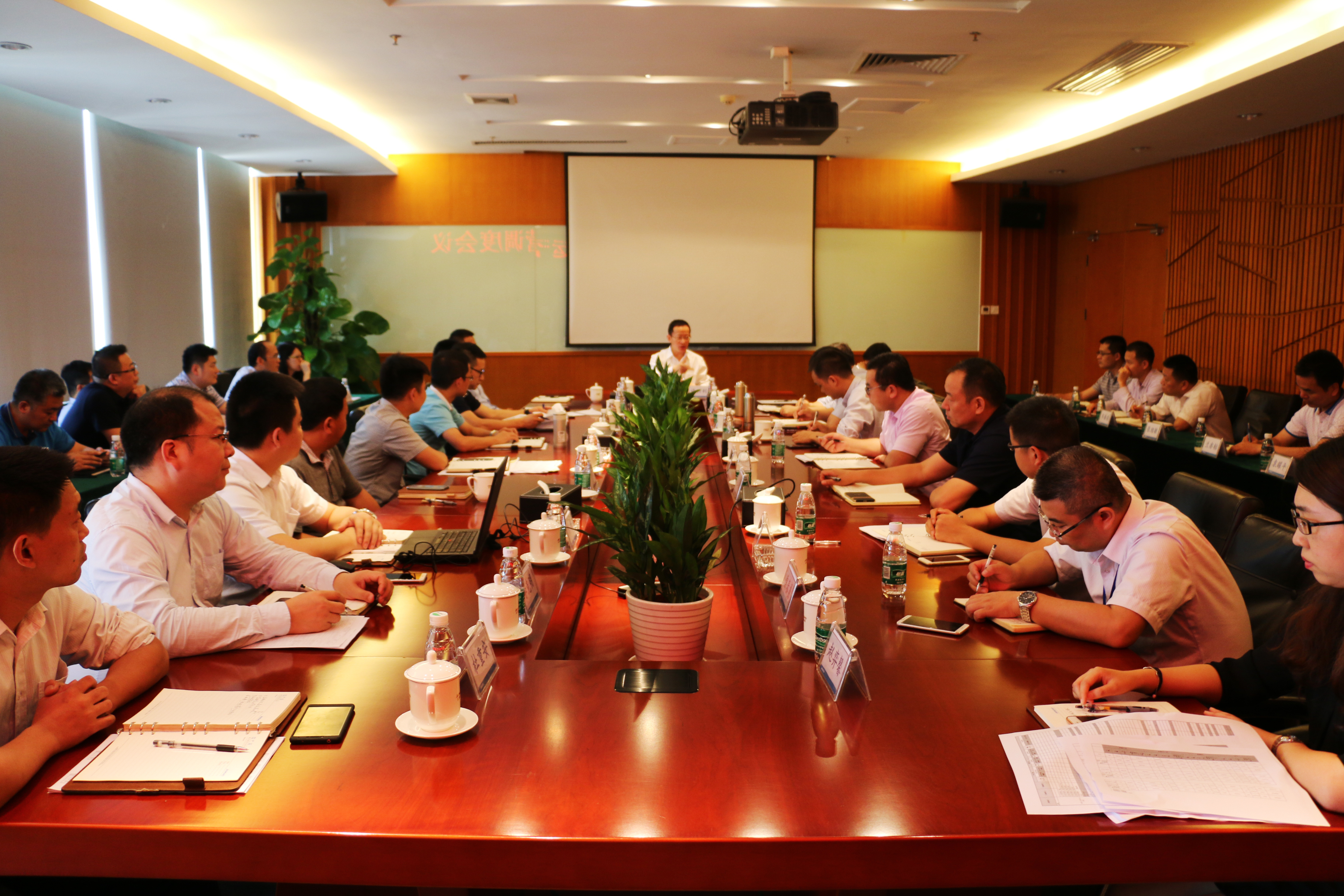 集团总裁许兴利莅临广州江河幕墙指导工作并主持召开华南大区和港澳区运营调度会